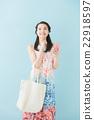 一個操作智能手機的女人(藍背) 22918597