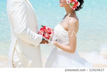 해변 결혼식에서 마주 신랑 신부 22920627