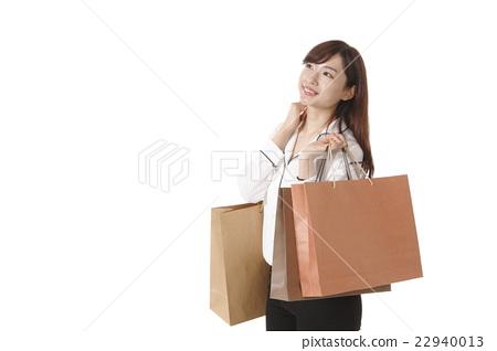 A young woman who enjoys shopping 22940013