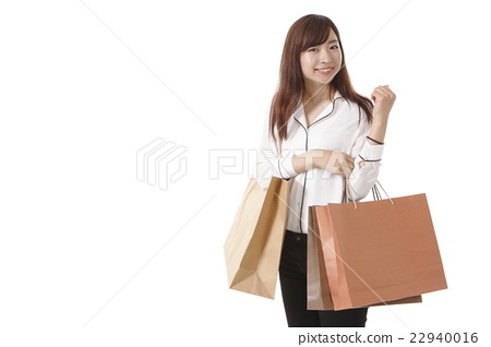 쇼핑을 즐기는 젊은 여성 22940016
