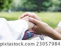 สวัสดิการช่วยเหลือผู้สูงอายุพยาบาลอาวุโสสวนสาธารณะสีเขียวสด 23057984
