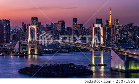 在東京市中心的晚上風景·彩虹橋和東京鐵塔 23071958