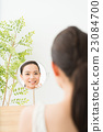 一個女人看著鏡子(牙科護理) 23084700