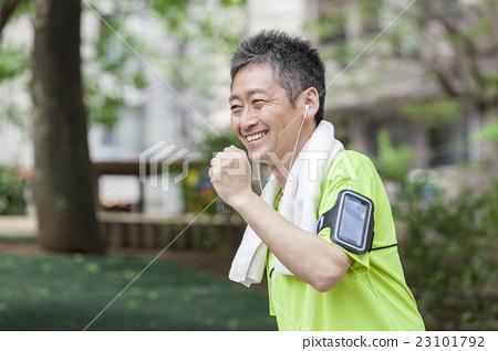 慢跑的中年人,當測量與智能手機時 23101792