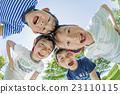 신록의 공원에서 노는 초등학생들 23110115
