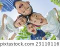 小學生在一個新鮮的綠色公園玩 23110116