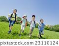 신록의 공원에서 노는 초등학생들 23110124