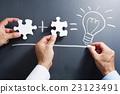 퍼즐의 조각을 결합 손과 칠판에 점등하는 전구를 그리는 손 23123491