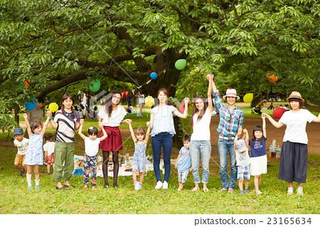 媽媽朋友享受野餐 23165634