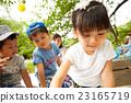孩子們在公園裡玩 23165719