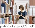 ผู้หญิงเลือกหนังสือที่ห้องสมุด 23223981