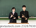 칠판 앞에 졸업장을 가진 남녀 학생 23267630