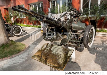 在越南戰爭期間,一架14.5毫米的防空機槍擊落了美國軍用F-4戰鬥機 23284006
