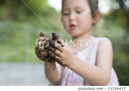 一個女孩玩泥濘 23296417