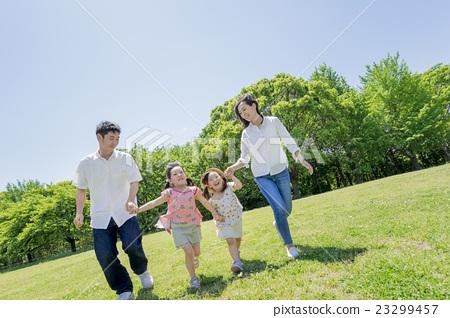 신록의 공원을 산책 4 인 가족 23299457