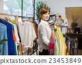 女性 服装店 挑选 23453849