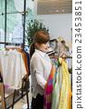 女性 服装店 挑选 23453851