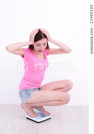 woman  Squatting  on weight machine 23460185