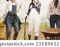 在農業景觀工作的女孩 23589432