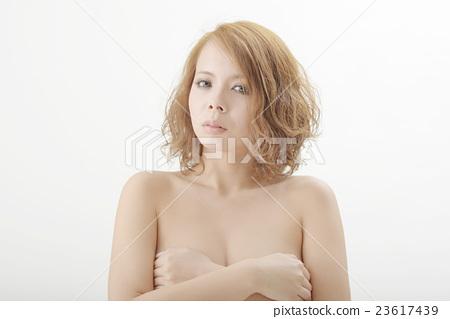 一個赤身裸體的女人的上半身 23617439