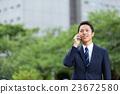 นักธุรกิจที่พูดกับสมาร์ทโฟน 23672580