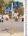 ป้ายบอกทางยืนอยู่ในเมืองเว้ในเวียดนาม 23793648