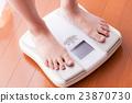 체중계를 타는 여성, 다이어트, 미용 23870730