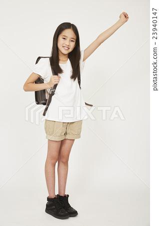 초등학생의 전신 사진 23940147