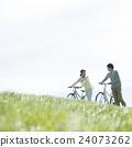 초원에서 자전거를 누르면 커플 24073262