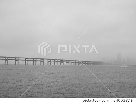 霧中的跨海大橋 24093872