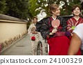 外国妇女乘坐人力车和日本妇女 24100329