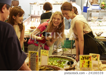 Foreign women and Japanese women who sightseeing the market 24100339