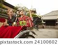 外国妇女乘坐人力车和日本妇女 24100602