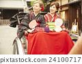 外国妇女乘坐人力车和日本妇女 24100717