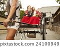 外国妇女乘坐人力车和日本妇女 24100949
