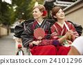 外国妇女乘坐人力车和日本妇女 24101296