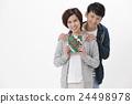 一對夫婦帶著禮物 24498978