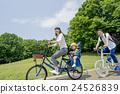 騎一輛自行車的父母在一個新鮮的綠色公園 24526839