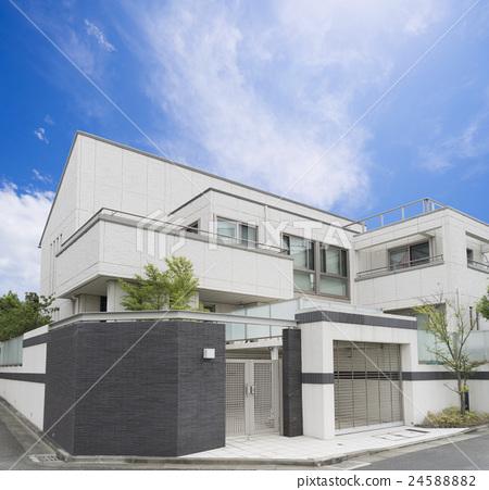 查尋藍天和雲彩的住宅最近建造的住房圖像 24588882