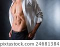 一个男人在腹部肌肉破碎 24681384