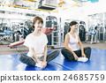 在健身健身房鍛煉的婦女 24685759