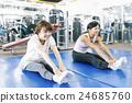 在健身健身房鍛煉的婦女 24685760