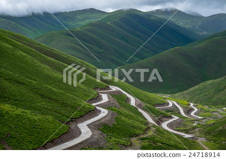 曲折的高山公路 24718914