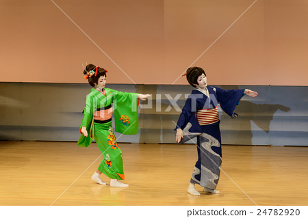 일본 무용을 여성들 24782920