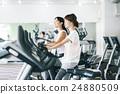 在健身健身房鍛煉的婦女 24880509