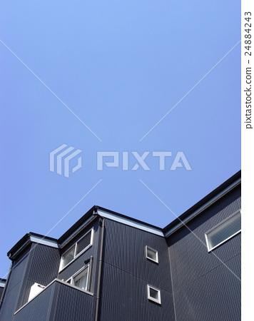黑色公寓和藍天 24884243