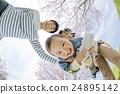 벚꽃이 피는 공원에서 노는 3 명의 가족 24895142