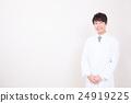 ภาพชายของเสื้อคลุมสีขาว 24919225