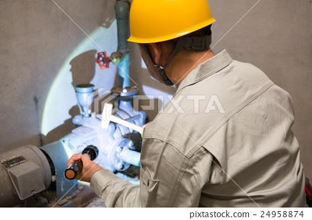 男性檢查建築管道·建築維護 24958874