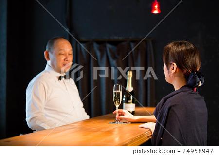 搖搖晃晃酒吧酒吧和女人 24958947